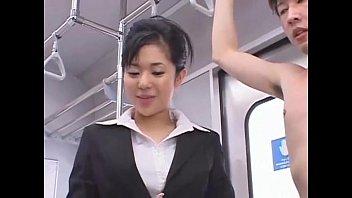 บริการชักว่าวในรถไฟก่อนไปทำงาน เดินทางไปosakaกับอาโออิสาวหน้าสวยแตกคาปากโม๊คได้สยิวกระดอจริงๆ