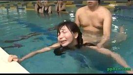 Av Pornเด้าหีนักเรียนในสระว่ายน้ำครูสอนตัวต่อตัวกับสาวที่ว่ายน้ำไม่เป็นเปิดซิงหีใต้น้ำเย็ดจนครางหน้าออก