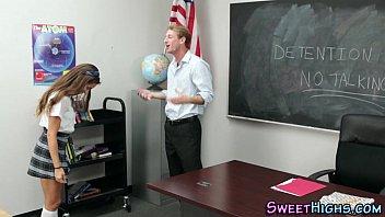 ครูหนุ่มหลอกเปิดซิงนักเรียนทำโทษโม้กควยแล้วเสียบหี ข้อหาโดดเรียนวิชาครูเค้า หีเนียนฟิตงี้แหละครูเค้าชอบ