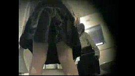 แอบถ่ายห้องน้ำห้าง นักเรียนม.5 นั่งฉี่ห้องน้ำหญิง นั่งฉี่เห็นหีขนดก คุยเม้ากับเพื่อนเพลิน ลืมเช็คกล้องซ่อน