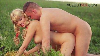 พาเมียอึ๊บหีกันกลางสวนหญ้า ตกเย็นล่อกลางแจ้งลมเย็น HD ภาพชัดแจ๋ว อยากลองล่อเมียเหมือนคู่นี้กลางหญ้าหนอนไม่เข้าหีก็บุญละ